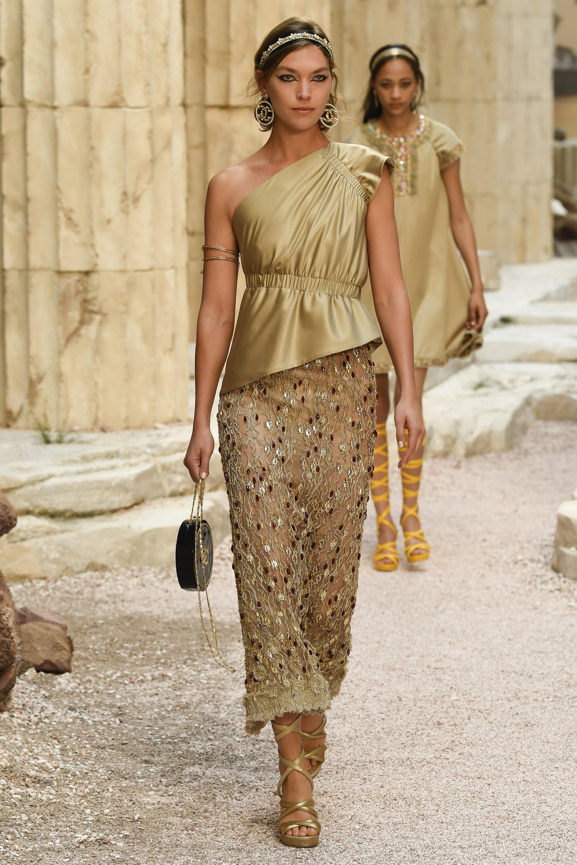 1383a65c77 Ο Karl Lagerfeld βάζοντας τη δική του σύγχρονη πινελιά στις κλασσικές  αρχαιοελληνικές σιλουέτες δημιούργησε για άλλη μια φορά μια εξαιρετική  συλλογή.