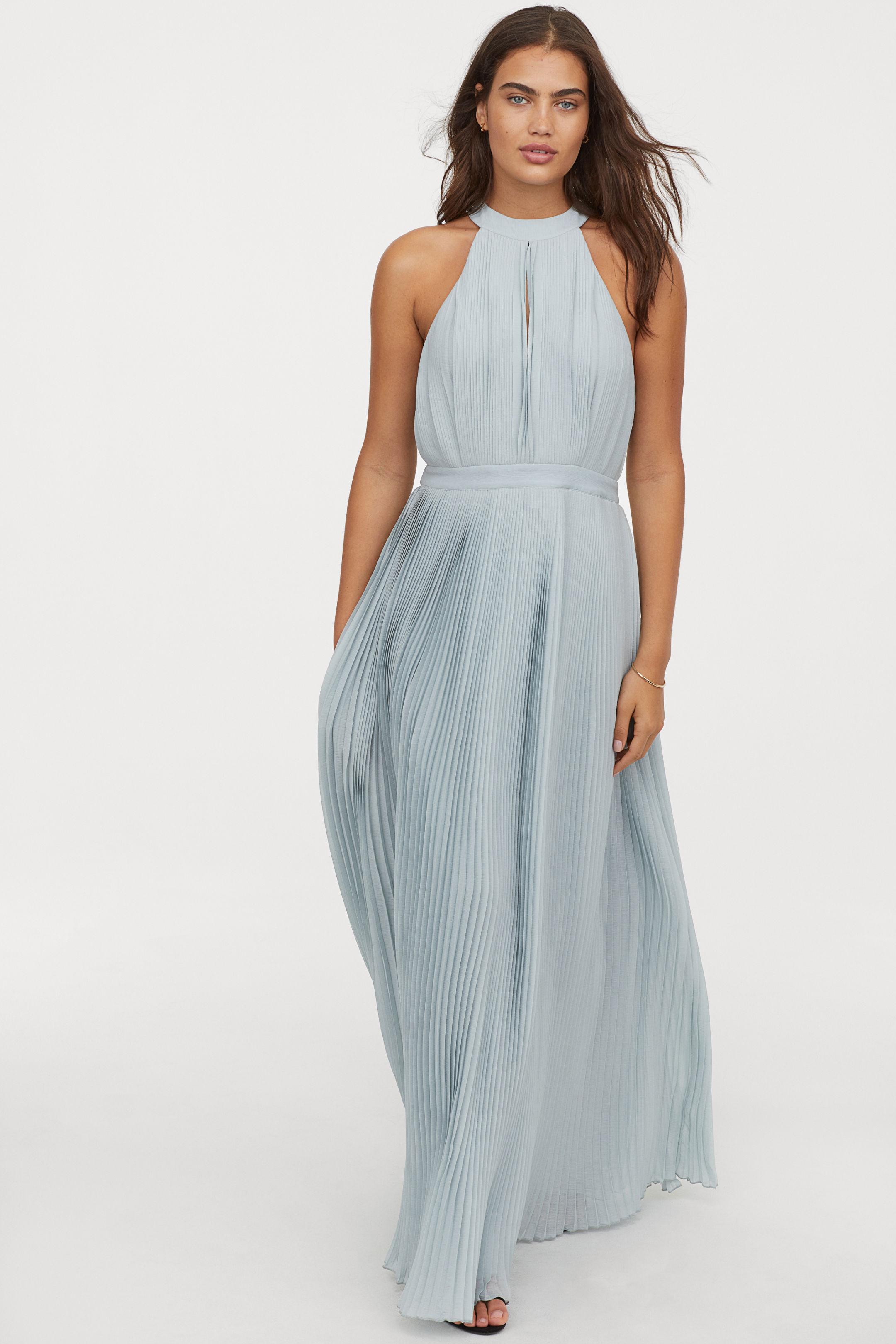 9835c39036ab Αυτό το Zara μικρό λευκό φόρεμα με τα ιδιαίτερα μανίκια είναι ιδανικό για  τις βόλτες σου κατά τη διάρκεια των διακοπών του Πάσχα.