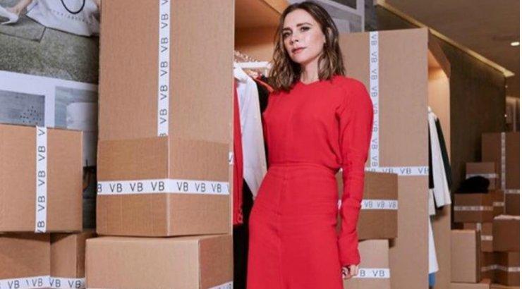 8c92a2b541e Victoria Beckham: Γιορτάζει τα 10χρόνα του brand της δημιουργώντας ξανά τα  αγαπημένα της φορέματα